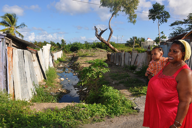 Cynthia James, residente de un tugurio de Antigua contó cómo un dirigente político la trató una vez de perra. Crédito: Desmond Brown/IPS.