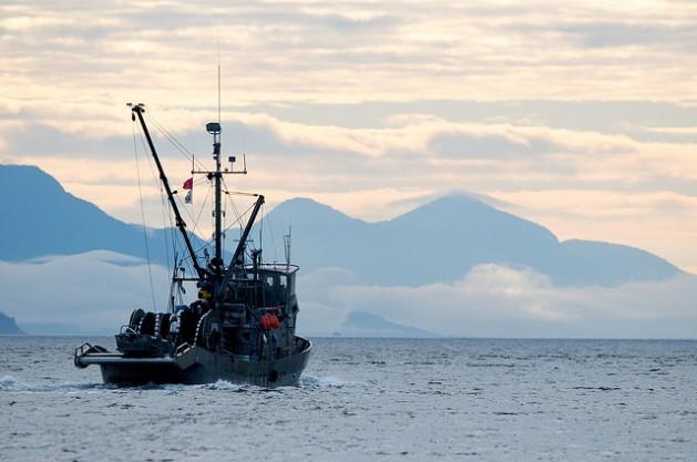 Un barco pesquero en el estrecho de Johnstone, Canadá. La contaminación, la pesca excesiva, la minería, la geoingeniería y el cambio climático hacen que sea más importante que nunca un tratado internacional que proteja a las aguas internacionales. Crédito: Winky/cc by 2.0