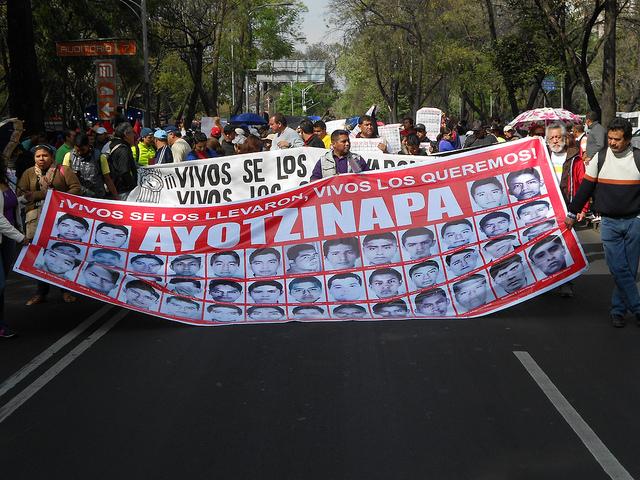 Manifestantes y familiares de los 43 estudiantes de Ayotzinapa, en el Paseo de la Reforma de la capital de  México, el 26 de enero, al cumplirse cuatro meses de su masacre, según la investigación oficial, una conclusión rechazada por los parientes. Crédito: Emilio Godoy /IPS