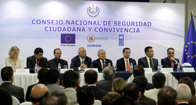 Miembros del Consejo Nacional de Seguridad Pública y Convivencia Ciudadana durante una reunión en la sede de la Presidencia de El Salvador. El mandatario Salvador Sánchez Cerén aparece en medio de ellos. Crédito: Gobierno de El Salvador
