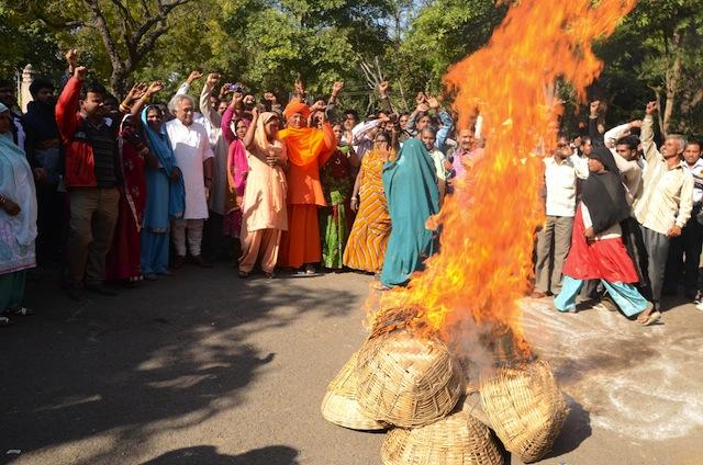 """Dalits de Nueva Delhi queman canastas utilizadas para recoger desechos humanos en señal de protesta contra la práctica de la """"recolección manual"""". Crédito: Shai Venkatraman/IPS"""