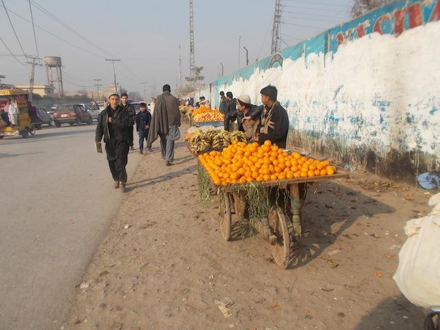 Los afganos son propietarios de 10.000 de las 20.000 tiendas en Peshawar, y también de diversos negocios informales. Crédito: Ashfaq Yusufzai/IPS