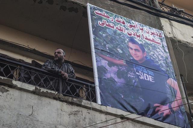 Un cartel en Bab al Tabbaneh recuerda a un niño abatido durante los enfrentamientos en el vecindario. Crédito: Oriol Andrés Gallart/IPS