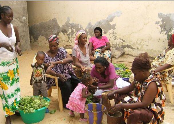 Estas mujeres de Senegal no sabían que su trabajo las estaba intoxicando a ellas y a sus familias. Crédito: Instituto Blacksmith para una Tierra Pura