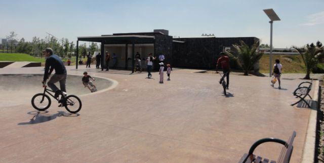 El Parque Bicentenario ocupa el sitio de una antigua refinería de petróleo en Azcapotzalco, en México. Crédito: Vladimix/ Creative Commons