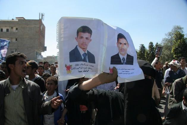 Manifestantes yemeníes en Saná con imágenes de detenidos. Crédito: Yazeed Kamaldien/IPS