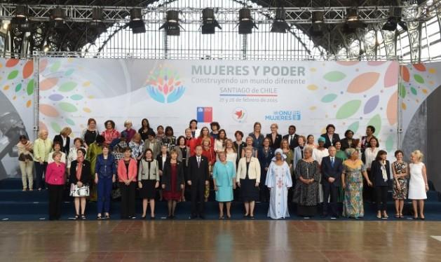 Foto de familia de la reunión internacional de alto nivel sobre las Mujeres en el Poder, celebrada el 27 y 28 de febrero en Santiago de Chile, que analizó la situación de los derechos de las humanas, 20 años después de la Conferencia Mundial sobre la Mujer de Beijing. Crédito: Ximena Castro/Gobierno de Chile