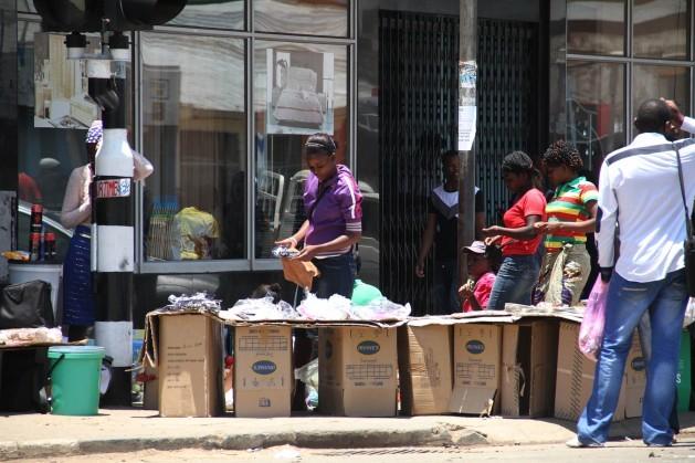 Los vendedores ambulantes de África reflejan la desigualdad de ingresos que impera en el continente, en gran parte debida a la corrupción. Crédito: Jeffrey Moyo/IPS