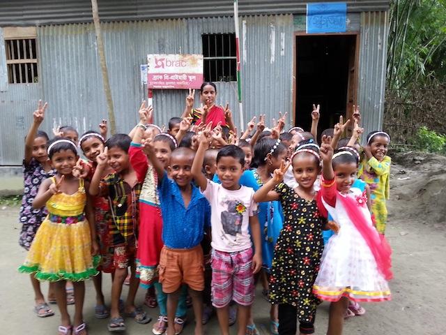 Las familias pobres apenas puede pagar el costo de la educación preescolar privada. Dependen la enseñanza ofrecida por organizaciones como BRAC, para prepararlos para la vida. Crédito: Mahmuddun Rashed Manik/IPS