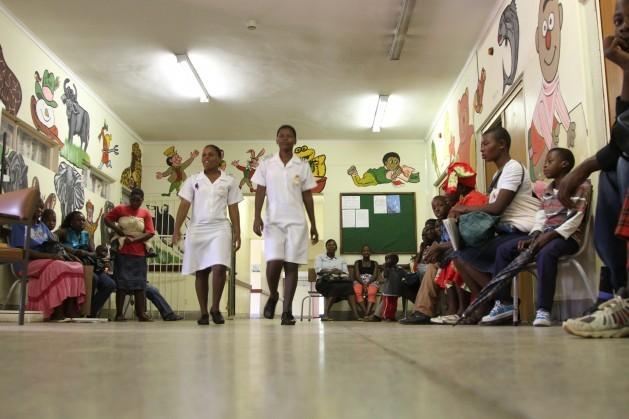 Muchos médicos y enfermeras de África emigran en busca de nuevos horizontes y dejan a los pacientes con cáncer con pocas opciones. Crédito: Jeffrey Moyo/IPS