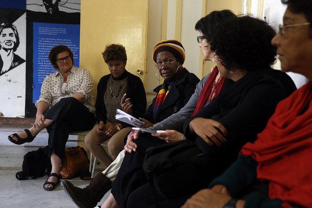 El grupo Afrocubanas celebra trimestralmente la tertulia Reyita, dedicada a analizar temas de género y raza. En la del 20 de febrero las integrantes de la organización feminista debatieron con representantes de la Red de mujeres cristiana sobre la reproducción de los estereotipos racistas en la familia. Crédito: Jorge Luis Baños/IPS