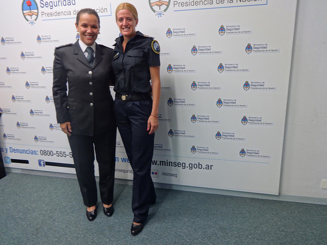 La subinspectora de la Policía de Seguridad Aeroportuaria, Silvia Miers, a la izquierda, y Marina Faustino,  principal de la Policía Federal Argentina, narraron a IPS sus experiencias en las fuerzas de seguridad, antes y después de la aplicación de una estrategia sensible a la equidad de género. Crédito: Fabiana Frayssinet/IPS
