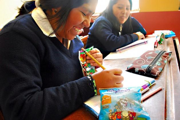Una estudiante de la Unidad Educativa La Paz, en la ciudad que es sede del gobierno de Bolivia, bebe jugo de fruta de un envase distribuido por la Unidad de Alimentación Complementaria Escolar del gobierno municipal paceño, que cada día entrega 26 toneladas de productos naturales y propios de la cultura andina a unos 140.000 escolares. Crédito: Franz Chávez /IPS