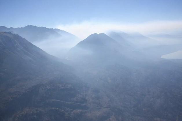 El lago Cholila, a la derecha, con parte de su valle envuelto en humo, el 12 de marzo, en la provincia de Chubut, en la Patagonia argentina. Crédito: Cortesía de Daniel Wegrzyn