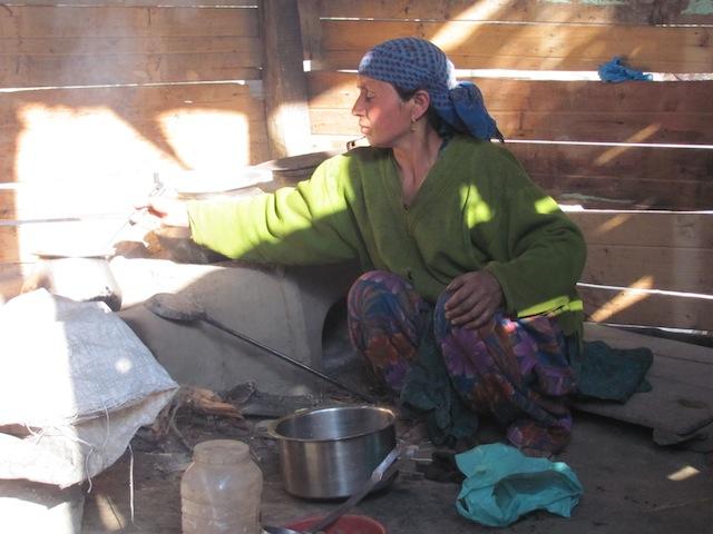 Cocinar con combustible limpio es un sueño lejano para Zeba Begam, residente del estado indio de Jammu y Cachemira,. Crédito: Athar Parvaiz/IPS