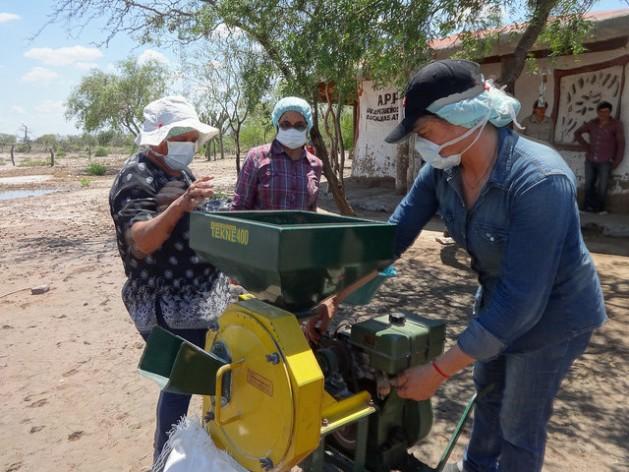Pequeñas productoras rurales elaboran harina de algarroba, gracias al apoyo de un proyecto del gobierno de Argentina para incentivar la agricultura familiar, en la localidad rural de Guanaco Sombriana, en la norteña provincia de Santiago del Estero. Crédito: Fabiana Frayssinet/IPS