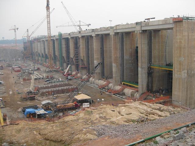 La central hidroeléctrica de Santo Antônio, durante su construcción en 2010. Cuando estaba prácticamente concluida, en 2014 la obra fue afectada por una crecida excepcional del río Madeira, en la cuenca amazónica brasileña, en un fenómeno adjudicado al menos en parte a la deforestación. Crédito: Mario Osava/IPS