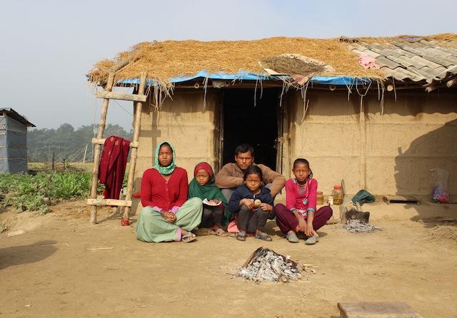 Raj Kumari y Hira Lal Chaudhari, su hija de 11 años y las mellizas de ocho, sobrevivieron a las inundaciones de agosto de 2014 en el centro-oeste de Nepal trepándose a un mango, donde esperaron a que las aguas bajaran. Crédito: Mallika Aryal/IPS