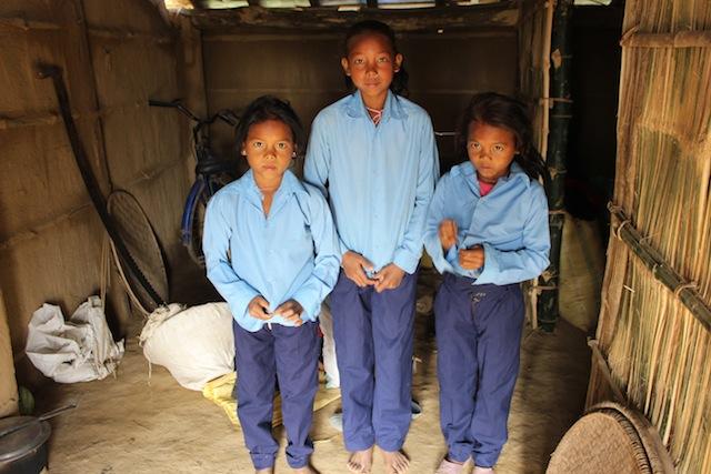 Saraswati Chaudhari, de 11 años, y sus hermanas mellizas, Puja y Laxmi, están listas para ir a la escuela. Especialistas sostienen que el gobierno debe diseñar un plan de gestión de desastres integral para proteger a las familias que viven en zonas propensas a catástrofes. Crédito: Mallika Aryal/IPS.