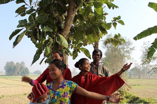 """Sangita, de 18 años, recuerda la noche en que se despertó con la cama en el agua. """"Ese árbol me salvó la vida, pero quiero olvidar aquella noche horrible"""", dijo señalando el mango al que se trepó"""". Crédito: Mallika Aryal/IPS."""
