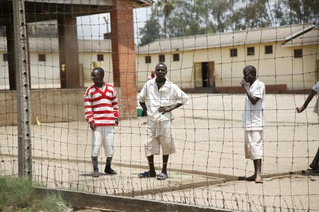 La distribución de condones en cárceles y escuelas secundarias avivó un acalorado debate, convirtiendo a la lucha contra el VIH/sida un desafío para cumplir la meta de reducir la propagación del VIH/sida de los Objetivos de Desarrollo para el Milenio. Crédito: Jeffrey Moyo/IPS