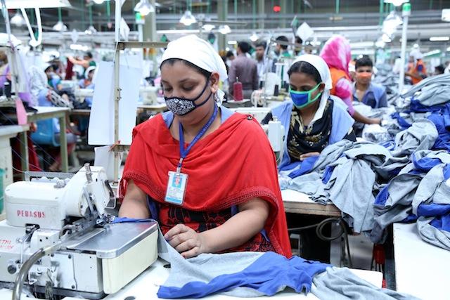 Aunque el gobierno de Bangladesh aumentó el salario mínimo de los trabajadores textiles a 68 dólares al mes, los activistas sostienen que solo 40 por ciento de las empresas cumplen la ley. Crédito: Obaidul Arif / IPS