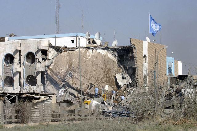 Empleados en la sede de la ONU en Bagdad buscan entre los escombros tras una explosión en 2003 que mató a 17 personas, entre ellas el representante especial del secretario general para Iraq, Sergio Vieira de Mello. Crédito: Foto AP/ONU
