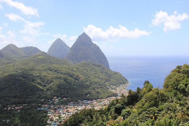 El ministro de Servicio Público, Desarrollo Sostenible, Energía y Tecnología de Santa Lucía, James Fletcher, dice que un acuerdo sobre cambio climático favorable al Caribe ayudará a proteger el turismo. Crédito: Kenton X. Chance/IPS