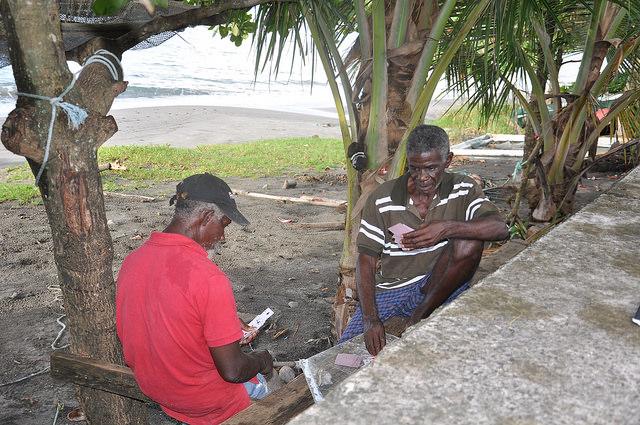 Los pescadores de Granada, Henry Prince (derecha) y Ralph Crewney consideran al territorio costero como un virtual derecho de nacimiento, pese a los riesgos que supone el cambio climático. Crédito: Desmond Brown/IPS