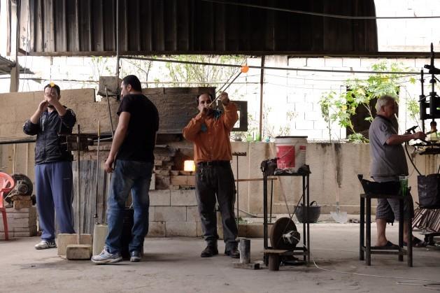 El taller de vidrio soplado de la familia Jalife en el pueblo costero de Sarafand, en el sur de Líbano, tuvo una segunda oportunidad gracias a una iniciativa destinada a reciclar vidrio de los vertederos de basura. Crédito: Oriol Andrés Gallart/IPS.