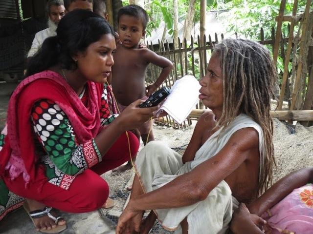 Cada vez más mujeres en Bangladesh se vuelcan a las radios comunitarias como forma de generar conciencia sobre asuntos de interés para la población femenina. Crédito: Naimul Haq/IPS