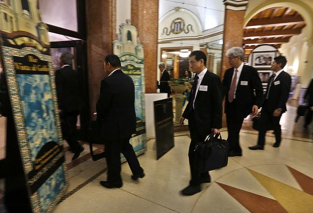 Empresarios japoneses participan en un foro binacional donde se informaron sobre oportunidades de negocios en Cuba, el 2 de mayo, en el marco de la visita al país del ministro de Asuntos Exteriores nipón, Fumio Kishida. Crédito: Jorge Luis Baños/IPS
