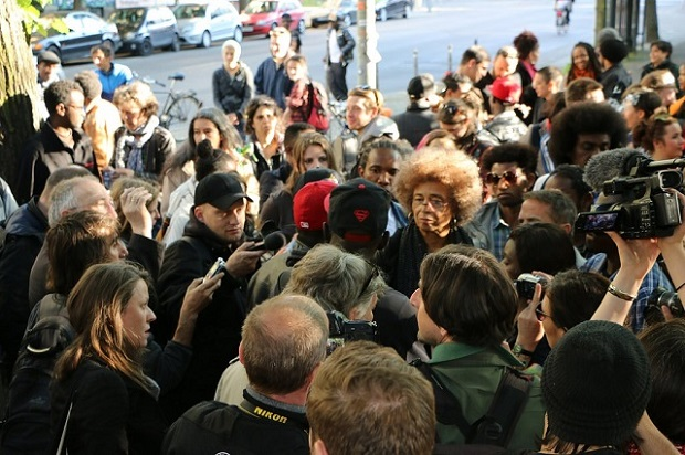 En su visita a Berlín en mayo de 2015, la activista estadounidense Ángela Davis se solidarizó con el movimiento de solicitantes de asilo. Crédito: Francesca Dziadek/IPS
