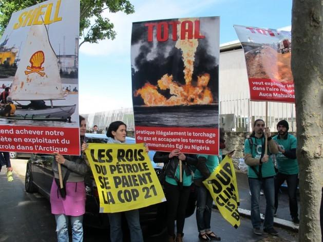 Manifestantes protestan en la Cumbre de Negocios y el Clima en París, el 20 de mayo. Crédito: A.D. McKenzie/IPS