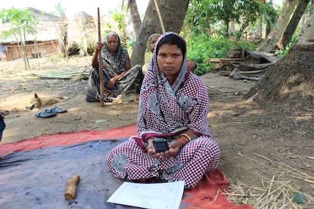 Nibasini Pradhan, de la aldea de Gunduribadi, maneja un dispositivo GPS suministrado por el gobierno para ayudar a la comunidad a definir los límites de sus tierras ancestrales. Crédito: Manipadma Jena/IPS