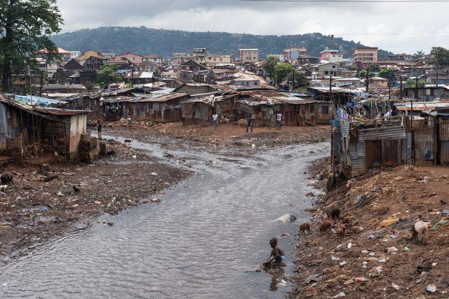 El río que pasa por el asentamiento informal de Kroo Bay, en Sierra Leona. Crédito: Save the Children