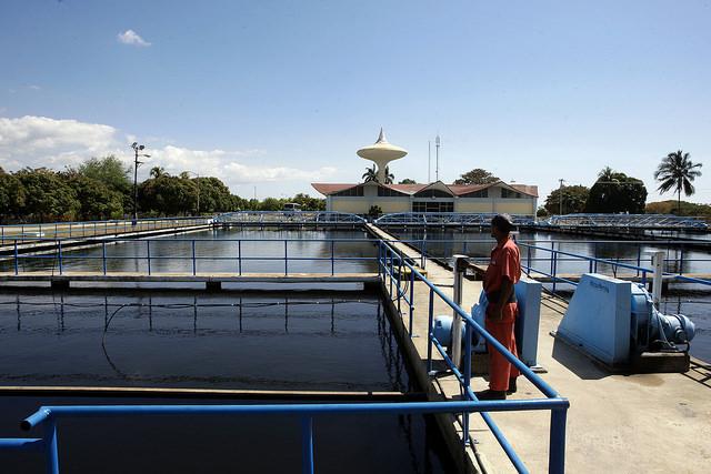 Un hombre supervisa el tratamiento de agua potable en el acueducto de la oriental provincia Santiago de Cuba. Crédito: Jorge Luis Baños/IPS