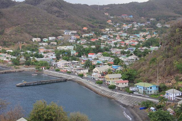 El aumento del nivel del mar provocó la reubicación de viviendas y la construcción de esta defensa marina en Layou, un pueblo en el suroeste de San Vicente y Granadinas. Crédito: Kenton X. Chance/IPS