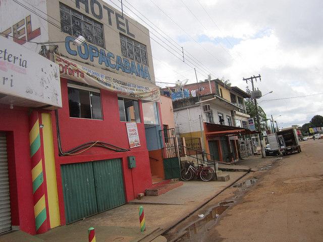 """El modesto Hotel Copacabana, en un suburbio de la ciudad de Altamira, la mayor en el entorno de la central hidroeléctrica Belo Monte, en la Amazonia brasileña. Ahora, el hospedaje tiene permanentemente colocado el cartel de """"tenemos vacantes"""", al contrario de lo que sucedió durante el auge de la construcción. Crédito: Mario Osava/IPS"""