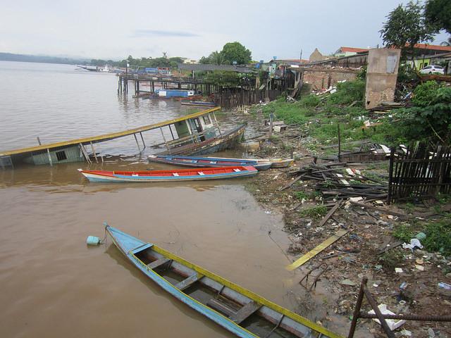 Barcas de pesca ya abandonadas en la orilla del río Xingú, en un barrio de la ciudad de Altamira, en el estado brasileño de Pará, que fue desalojado antes de ser inundado por el embalse de la central hidroeléctrica de Belo Monte. Crédito: Mario Osava/IPS