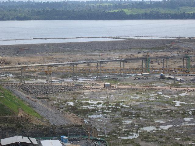 Puente en construcción de la carreta Transamazónica, bajo el que pasarán las aguas de la central de Belo Monte, antes de desaguar en el amazónico río Xingú, en el norte de Brasil. Las explosiones, la fuerte iluminación nocturna y las alteraciones del curso fluvial ahuyentan los peces, denuncian los pescadores. Crédito: Mario Osava/IPS
