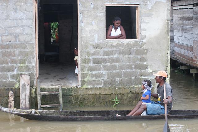 Familia en una aldea a orillas del río Atrato, en el departamento de Chocó, en Colombia, donde la mortalidad infantil es tres veces más alta que en la capital. Crédito: Jesús Abad Colorado/IPS