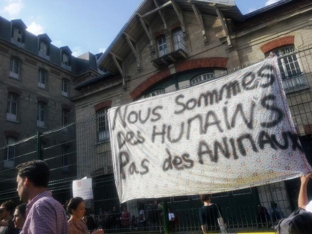 """""""Somos seres humanos, no animales"""", recuerda el cartel de migrantes que protestan por su situación en Francia. Crédito: Amnistía Internacional Francia"""