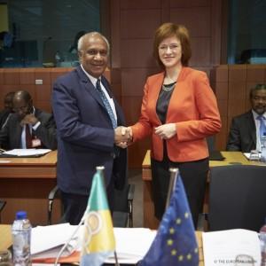 Zanda Kalnina Lukaševica (derecha), secretaria de Estado de Letonia para Asuntos Europeos, y Meltek Livtuvanu, Ministro de Relaciones Exteriores de Vanuatu y presidente del Consejo de Ministros de la ACP. Crédito: Consejo de la UE