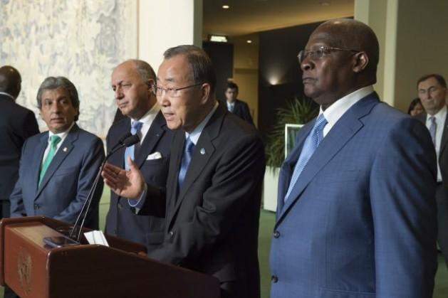 El secretario general Ban Ki-moon (al micrófono), acompañado por Manuel Pulgar, ministro de Ambiente de Perú (primero a la izquierda), Laurent Fabius, ministro de Relaciones Exteriores de Francia (segundo) y Sam Kutesa, presidente de la sesión 69 de la Asamblea General (derecha). Crédito: ONU