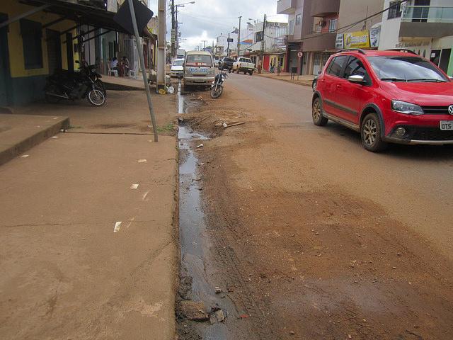 Aguas servidas discurren por una de las calles céntricas de Altamira, pese a que hay un sistema de alcantarillado subterráneo. El mal saneamiento deja a la población infantil vulnerable a diarreas, que son causa de muchos ingresos en los hospitales de esta ciudad amazónica brasileña, cercana a la central hidroeléctrica de Belo Monte. Crédito: Mario Osava/IPS