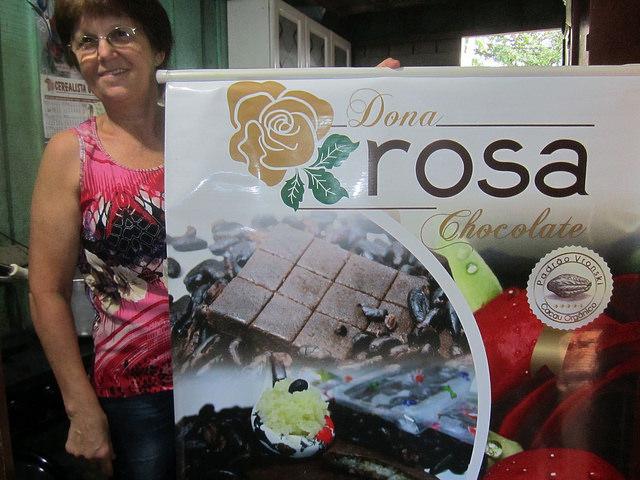 Rosalina Brighanti, Doña Rosa, en su cocina, donde elabora sus dulces, con el cartel de los chocolates orgánicos, hechos con estándares especiales de la familia, reconocidos por consumidores y comerciantes en Brasil y en el exterior. Crédito: Mario Osava /IPS