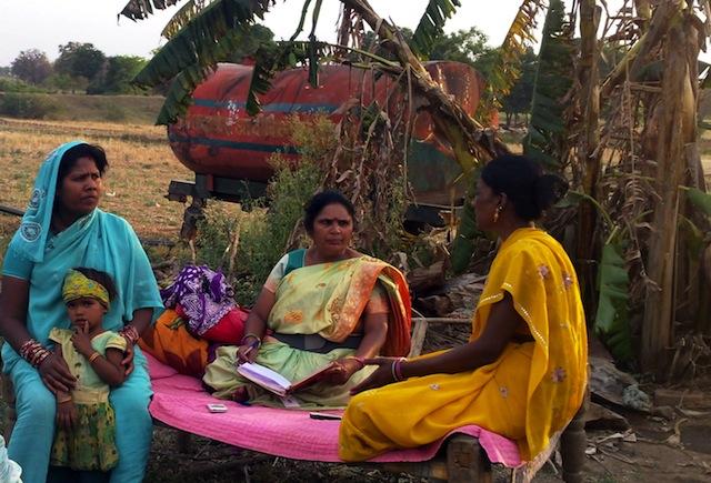 Mujeres que integran la organización femenina Narmada Mahila Sangh (NMS) están reunidas en la aldea de Borgaon, en el central estado de Madhya Pradesh, en India. Crédito: Stella Paul/IPS.