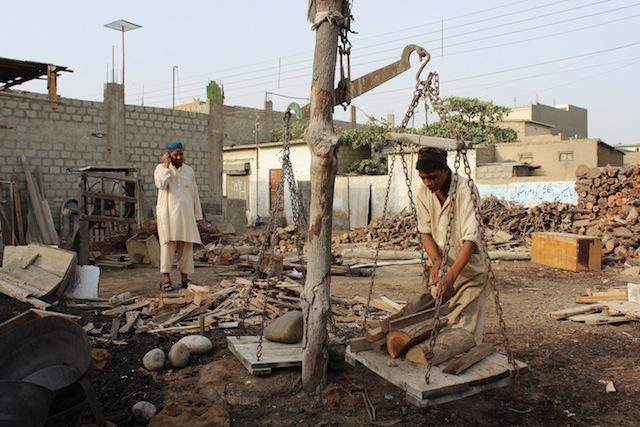 El gobierno aconsejó a los habitantes de Karachi que se queden dentro de sus casas hasta que pase la ola de calor, pero los jornaleros no tienen opción, sin dinero no hay comida. Crédito: Zofeen T. Ebrahim/IPS