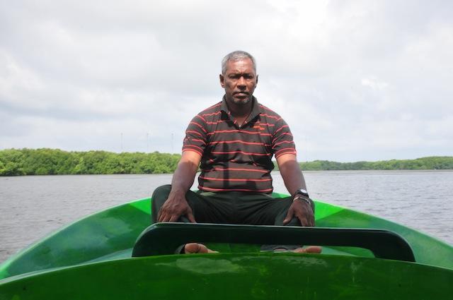 """Douglas Thisera, conocido como """"maestro del manglar"""" se dedica a proteger los manglares desde hace dos décadas y media en el distrito noroccidental del distrito de Puttalam. Crédito: Amantha Perera/IPS"""